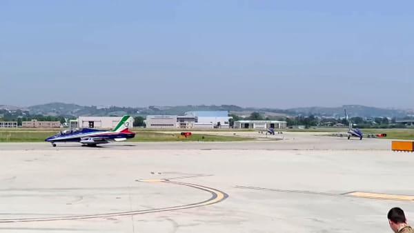 VIDEO - Acrobazie in cielo: le frecce tricolori atterranno all'aeroporto d'Abruzzo