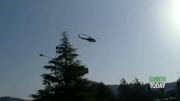 FOTO e VIDEO - L'omaggio di tutte le Forze dell'ordine al personale sanitario dell'ospedale di Chieti