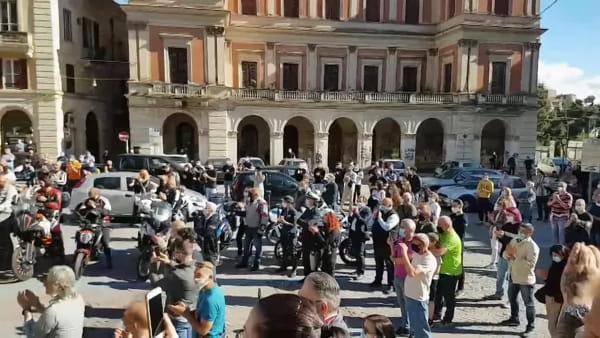 L'ultimo saluto a Ottavio De Fazio: centinaia di moto in piazza san Giustino [VIDEO]