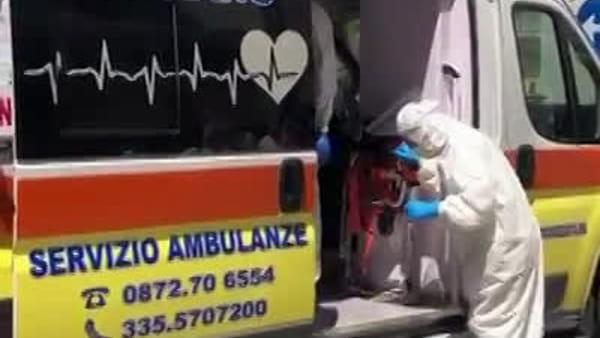 VIDEO - Matteo, 91 anni, è l'ultimo paziente a lasciare il covid hospital tra gli applausi