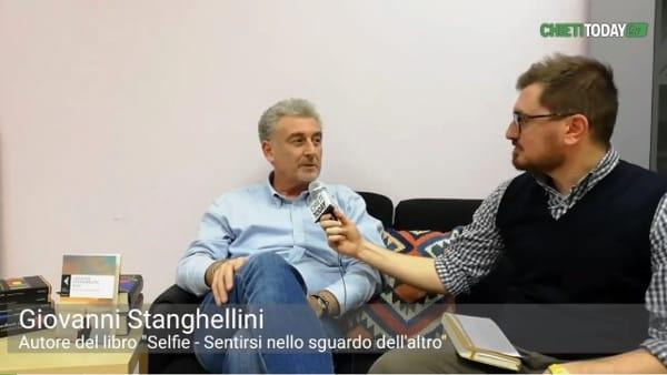 'Videor ergo sum'...sono visto dunque sono, prof. della D'Annunzio scrive un libro sull'ossessione selfie
