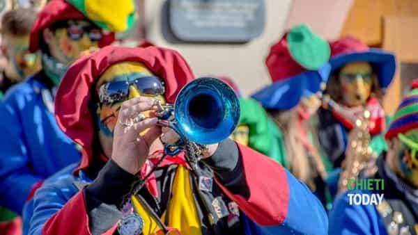 Doppia sfilata di Carnevale a Ortona con i carri allegorici e le mascherine